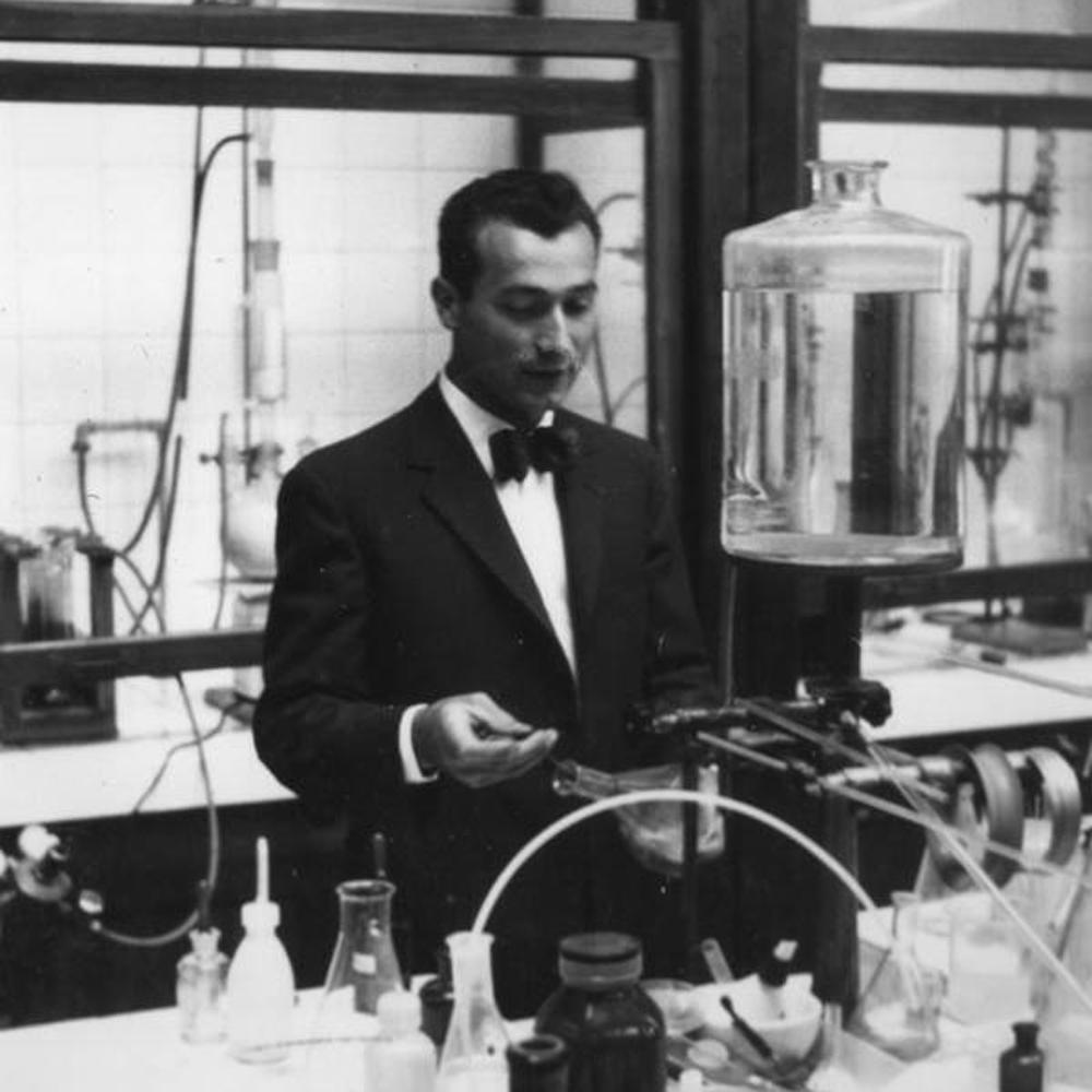 Dopo gli studi classici si è laureato in chimica dedicandosi all'insegnamento.