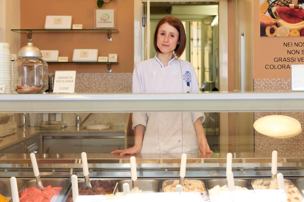 Vittoria nella sua gelateria  – foto di Pietro Baroni